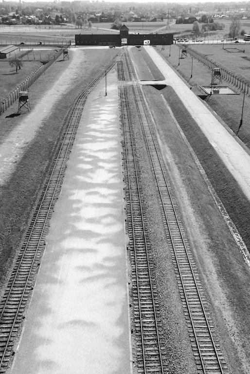 03-.Puerta de la muerte y rampa de selección en Auschwitz II - Birkenau - Foto por Pawel Sawicki © Auschwitz-Birkenau State Museum - Musealia