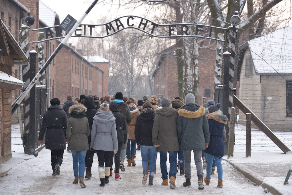 04-. Grupo de visitantes accediendo al campo - Foto por Pawel Sawicki © Auschwitz-Birkenau State Museum - Musealia.JPG