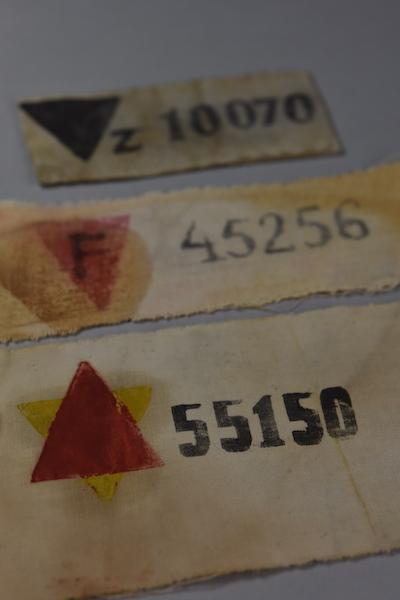 Brazaletes de prisioneros funcionarios de Auschwitz. Colección del Museo Estatal de Auschwitz-Birkenau - Foto por Pawel Sawicki © Auschwitz-Birkenau State Museum - Musealia