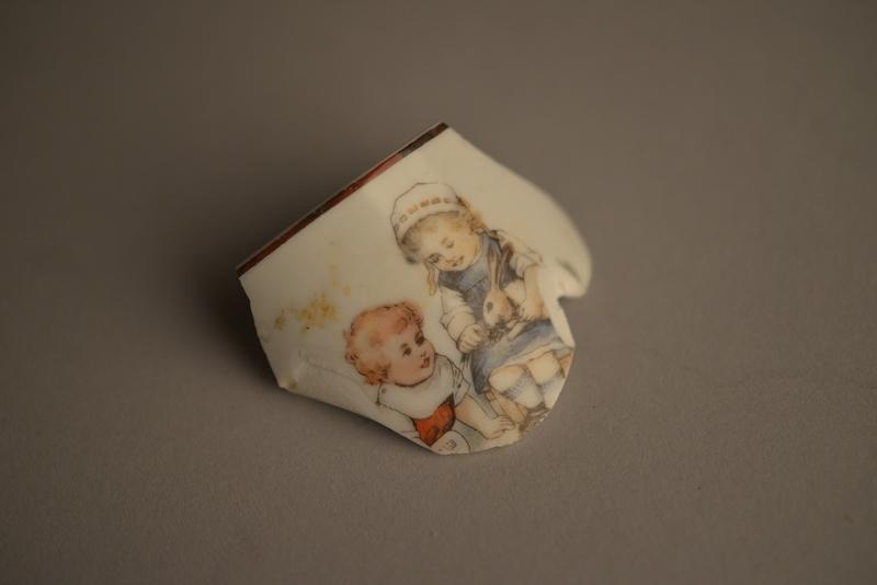 Fragmento de porcelana de taza infantil. Colección del Museo Estatal de Auschwitz-Birkenau - Foto por Pawel Sawicki © Auschwitz-Birkenau State Museum - Musealia.