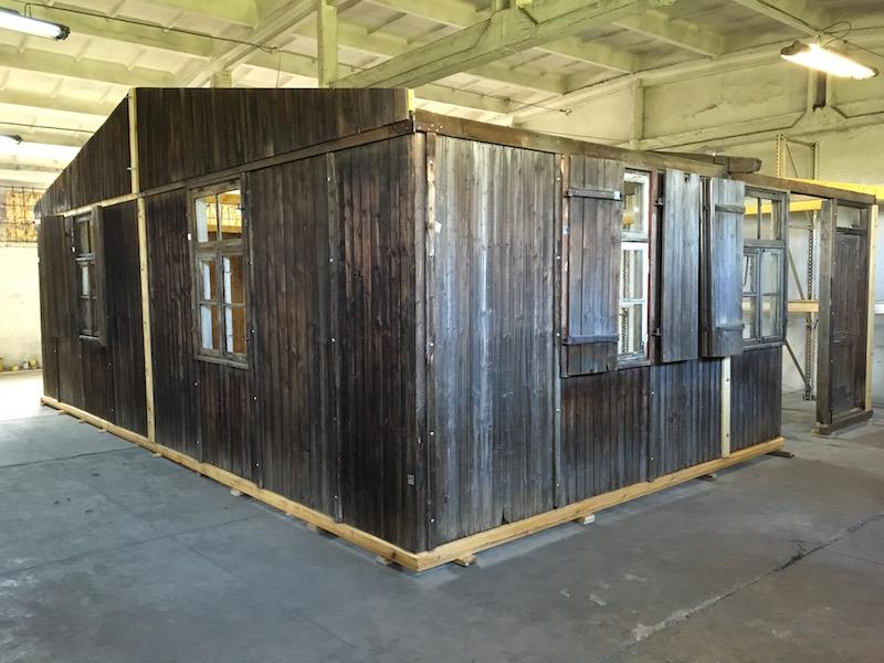 barracón original procedente de Auschwitz III - Monowitz, durante las tareas de conservación del mismo